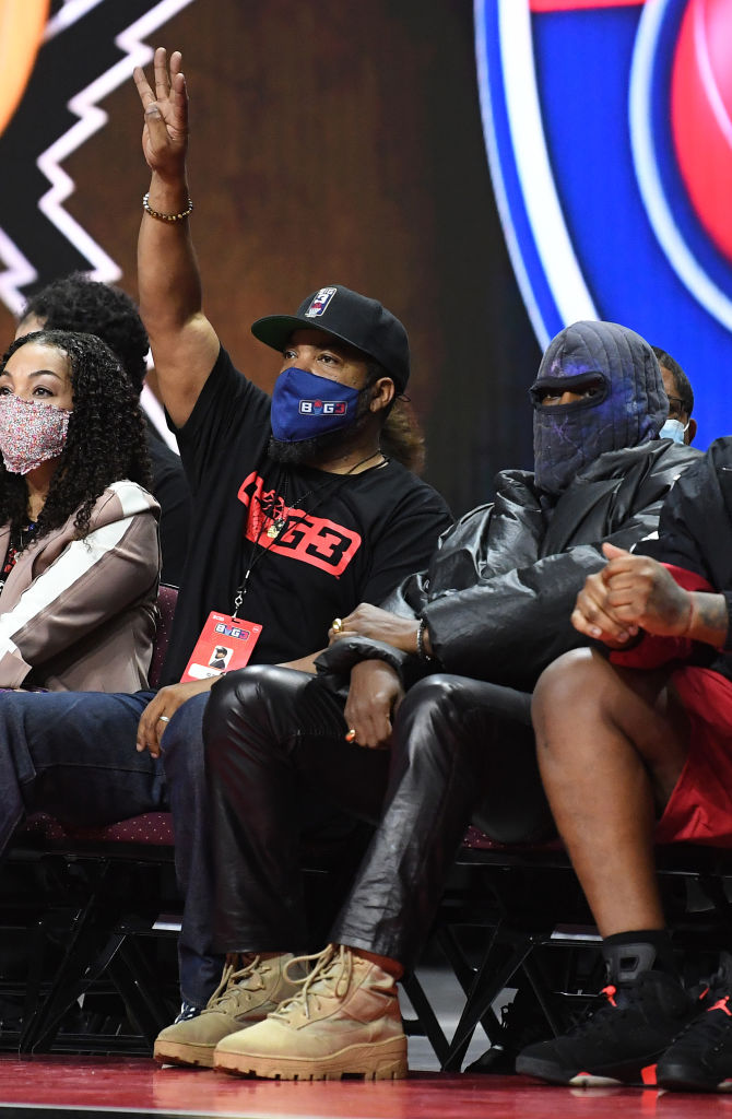 Ice Cube og Kanye West på kamp mellom Killer 3's og 3's Company i BIG3-turneringen på Orleans Arena i Las Vegas juli 2021 (Sam Morris/Getty/BIG3)