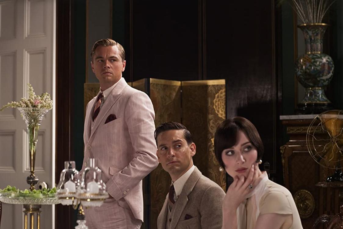 Elizabeth Debicki i The Great Gatsby med Leonardo DiCaprio og Tobey Maguire fra 2013 (Warner Bros.)