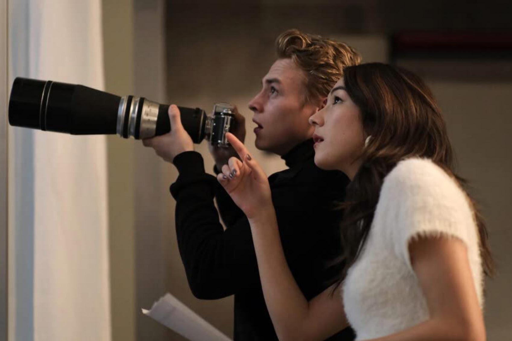 Ben Hardy som Seb, Natasha Liu Bordizzo som Julia/Margot (Amazon Studios)