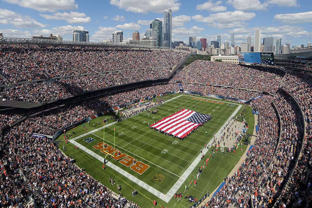 Nasjonalsangen synges før Chicago Bears vs. the Green Bay Packers på Soldier Field i Chicago i 2015 (Kena Krutsinger/Getty)