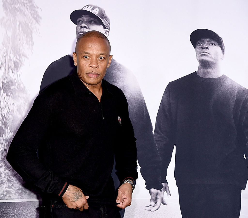 Dr. Dre foran plakat for Straight Outta Compton hvor Corey Hawkis som Dre og Aldis Hodge som MC Ren (Kevin Winter/Getty)