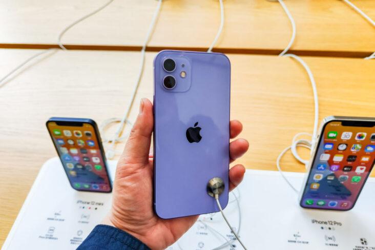 iPhone 13 er straks klar. Bildet er fra lanseringen av iPhone 12 og iPhone 12 mini i 2020 (Wang Gang/VCG/Getty)