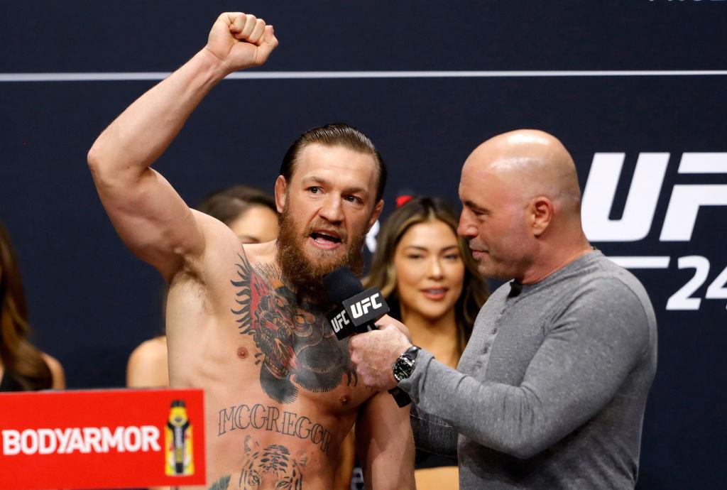 UFC-reporteren Joe Rogan intervjuer UFC-stjernen Conor McGregor på Park MGM i Las Vegas i januar 2020 (Steve Marcus/Getty)