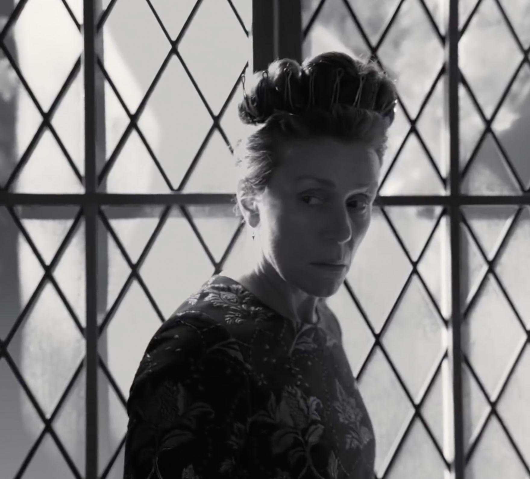 Frances McDormand pisker opp stemningen som urokråka Lady Macbeth (A24)