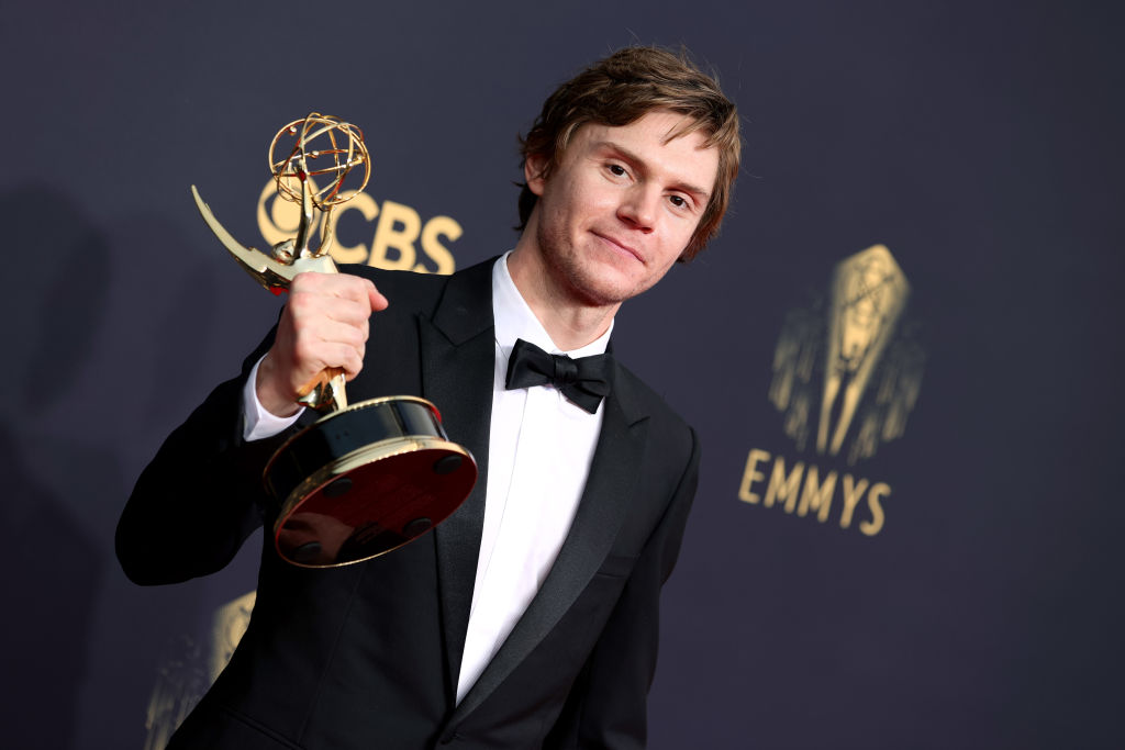 Evan Peters vant Emmy for HBO-serien Mare of Easttown i Los Angeles 19. september 2021 (Rich Fury/Getty)