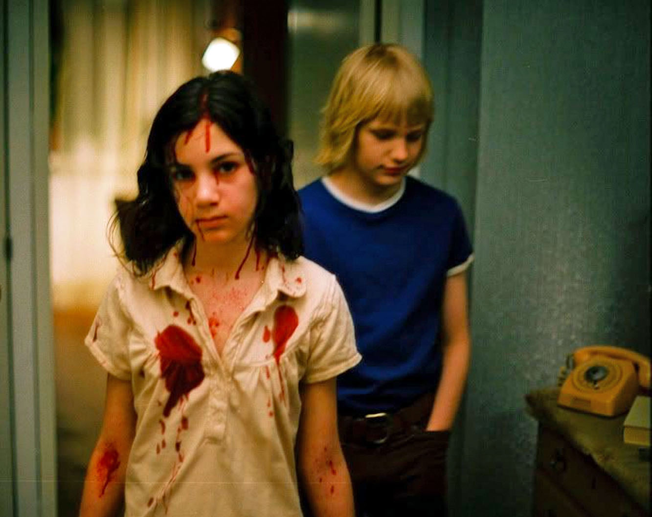 Låt den rätte komma in fra 2008, Lina Leandersson som Eli, i bakgrunnen Kåre Hedebrant som Oskar (Sandrew Metronome)