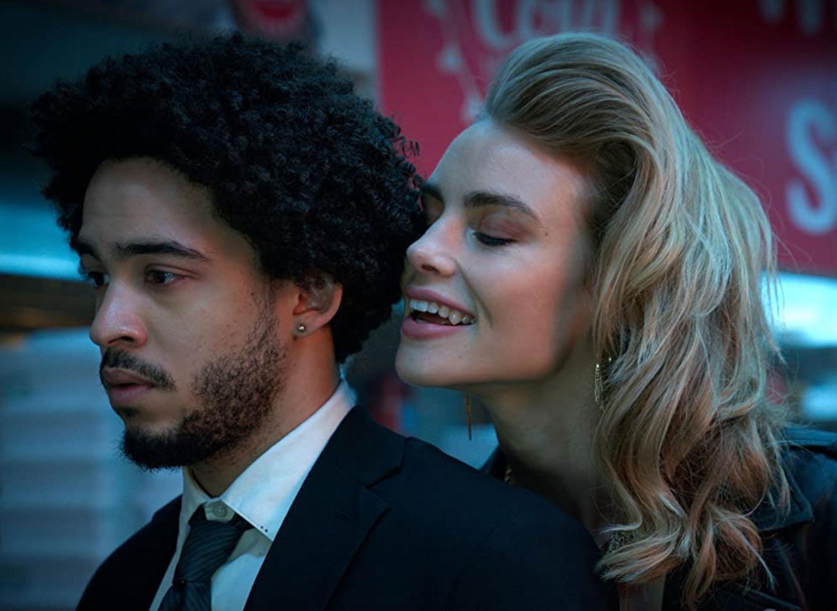 Lucy Fry er tørst på Jorge Lendeborg Jr. i nakken (Netflix)