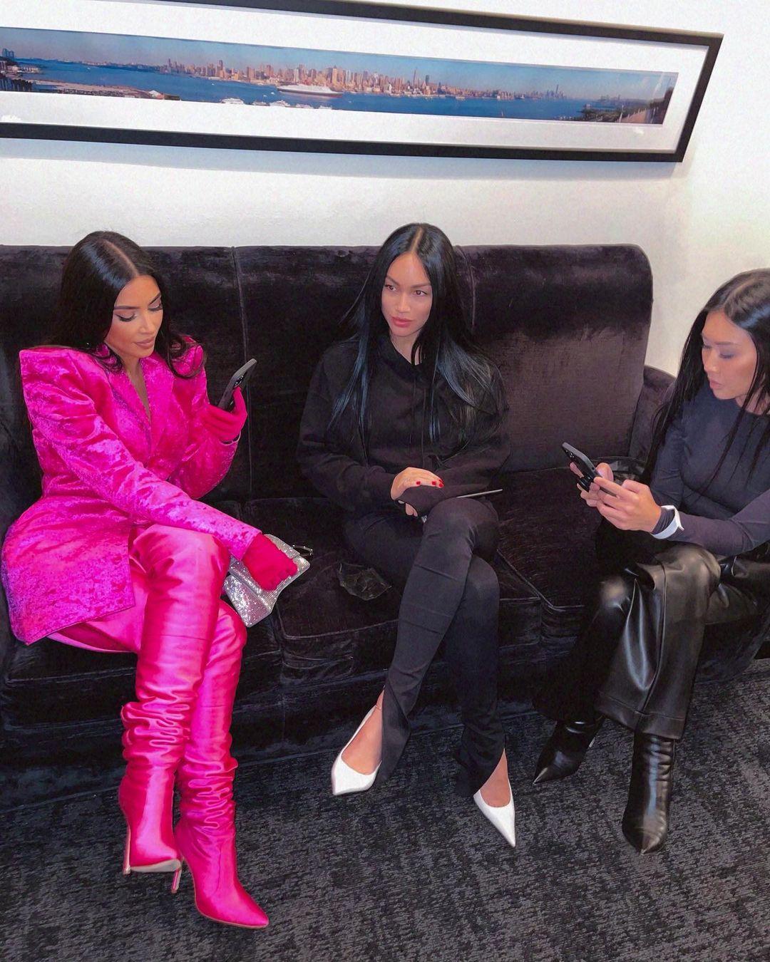 Kim Kardashian med Stephanie Shepherd Suganami og Tracy Romulus backstage på Saturday Night Live (Instagram/kimkardashian)