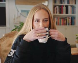 Adele serverer te (skjermbilde Vogue)