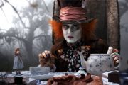 MIA WASIKOWSKA SOM ALICE, JOHNNY DEPP SOM THE MAD HATTER (WALT DISNEY STUDIOS)