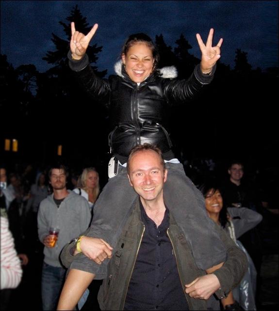 HOVE 2007: DAVÆRENDE KULTURMINISTER TROND GISKE MED HODET MELLOM BENA TIL MIRA CRAIG (GISLE G. STOKLAND/730)
