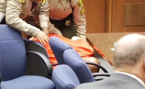 SUGE FALLER OM I RETTSALEN (LOS ANGELES COUNTY SUPERIOR COURT)