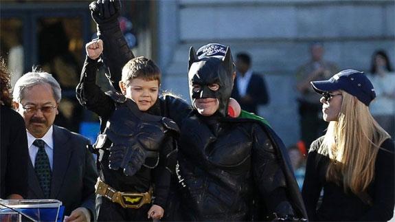 BATKID BEGINS SLIPPES AV BATMAN-SELSKAPET (WARNER BROS.)