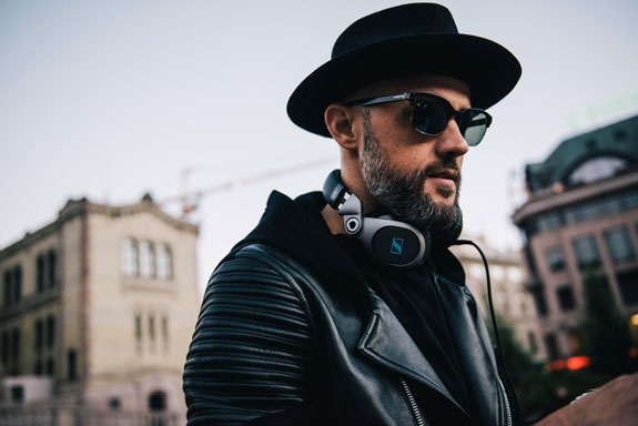 DJ LOVERBOY (MICHAEL RAY VC ANGELES)