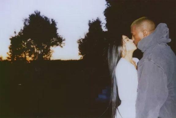 FORHOLDSMÅL (KIMKARDASHIANWEST.COM)  Kim Kardashian og Kanye West viser for første gang frem sin 1 måned gamle, allerede hårfagre datter Chicago, oppkalt etter hjembyen til pappa.