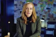 GILLIAN SOM SCULLY PÅ SETTET TIL THE X-FILES, SOM HUN NÅ FORLATER (FOX)