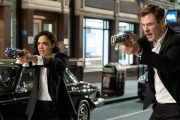 TESSA THOMPSON OG CHRIS HEMSWORTH SOM AGENT H OG M (SONY)