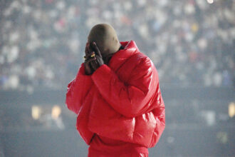 Kanye West på lyttefest for DONDA i Mercedes-Benz Stadium i Atlanta, Georgia torsdag 22. juli 2021 (Kevin Mazur/Getty/Universal Music Group)