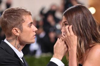 Justin Bieber fikser øynene til Hailey Bieber på Met Gala 2021 (Dimitrios Kambouris/Getty for The Met Museum/Vogue)